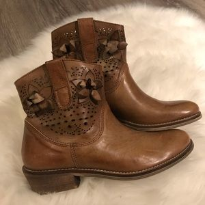 Vera Gomma camel brown leather booties